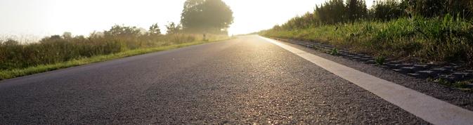 weg zum ziel - landstrae und sonnenaufgang - optimismus